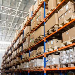 étagères remplies de cartons de produits en lot à acheter en destockage
