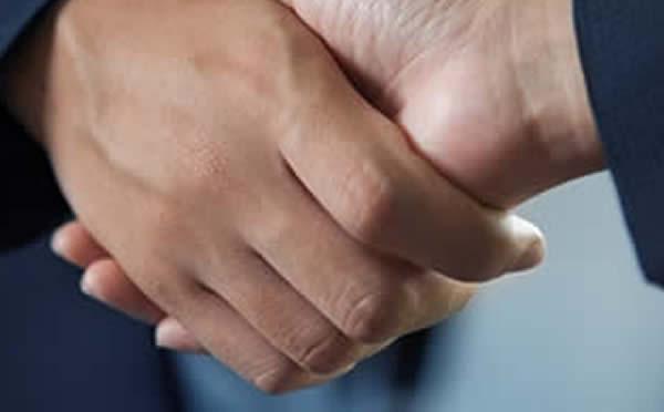 un vendeur de stock qui sert la main à un destockeur