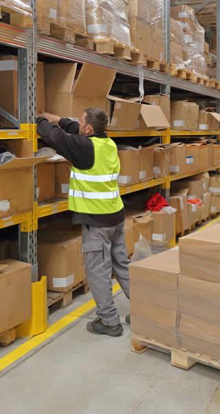 soldeur destockeur qui organise et range un entrepôt pour racheter les stocks de marchandises