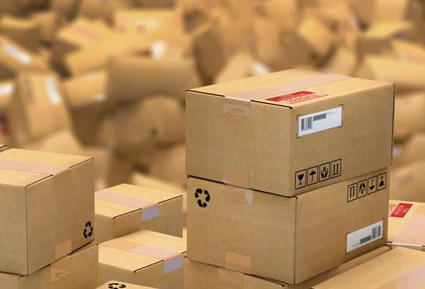 un surstock de cartons de produits en surproduction
