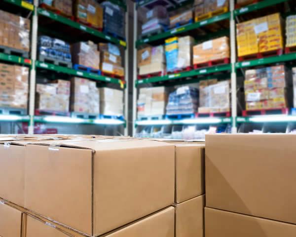 déstockage d'un surstock de produits dans des cartons fabriqués en trop grande quantité
