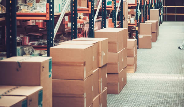 des cartons et des boites sur des étagères dans un entrepôt d'une entreprise de déstockage