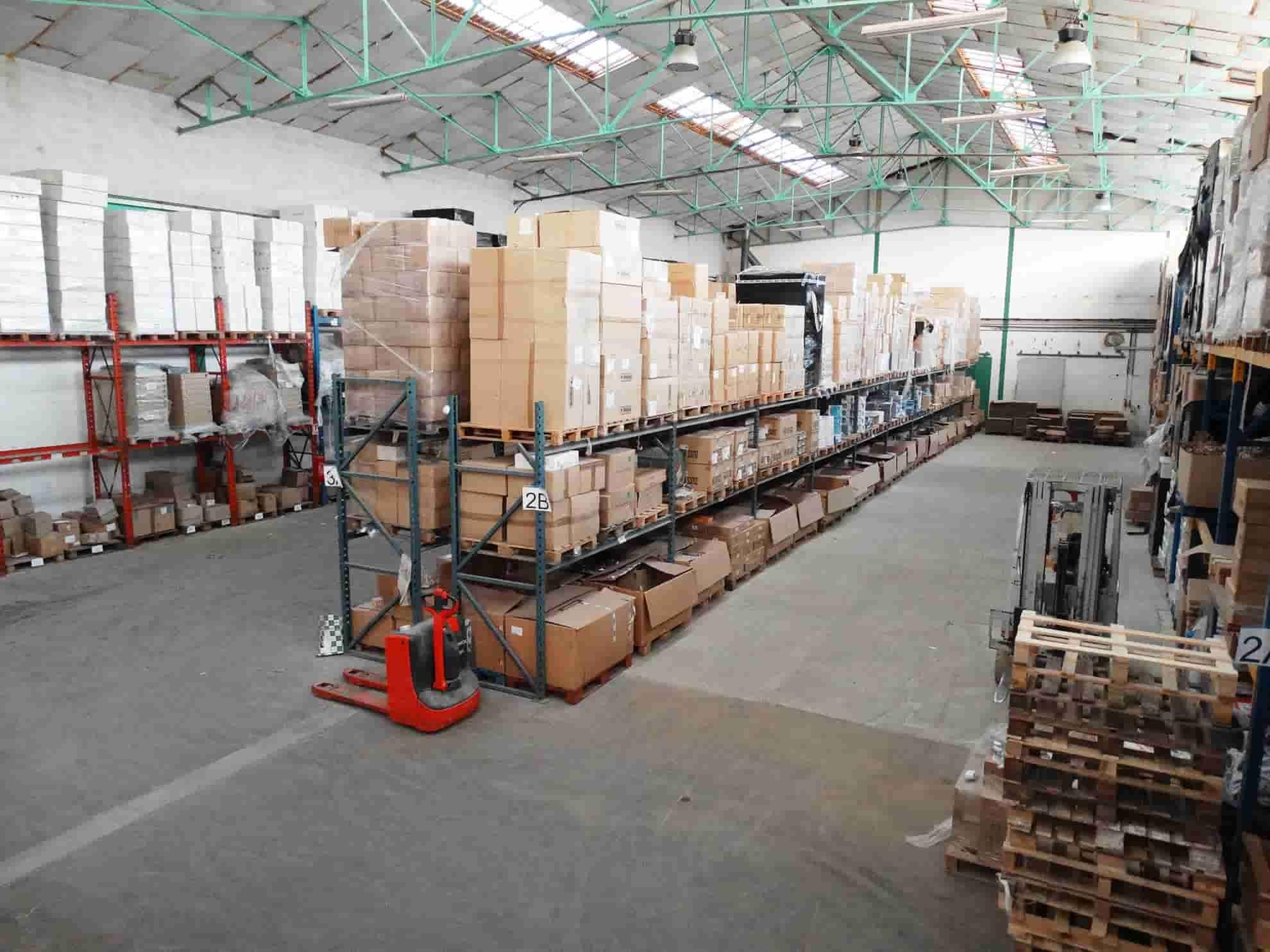 grand entrepôt de destockage de produits de maroquinerie et de vêtements, vu d'en haut