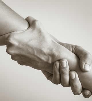 une main qui aide une autre main dans le concept lié aux avantages de vendre son stock avant une liquidation judiciaire