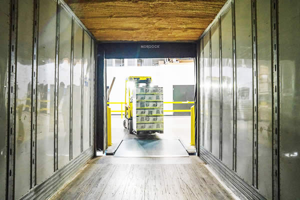 chariot élévateur qui entre dans un camion lors de la vente d'un stock
