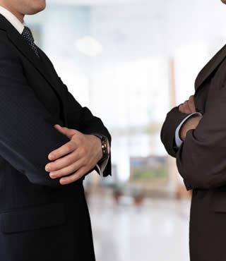 relations tendues entre deux professionnels à propos des marchandises en stock