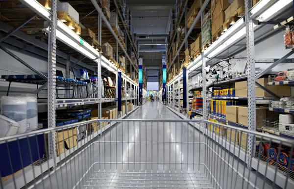 plusieurs linéaires d'un rayon de magasin dans lequel implanter des marchandises après avoir racheté les stocks de la concurrence