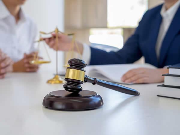 marteau d'un juge lors de procédures judiciaires pour des entreprises en faillite ou en liquidation